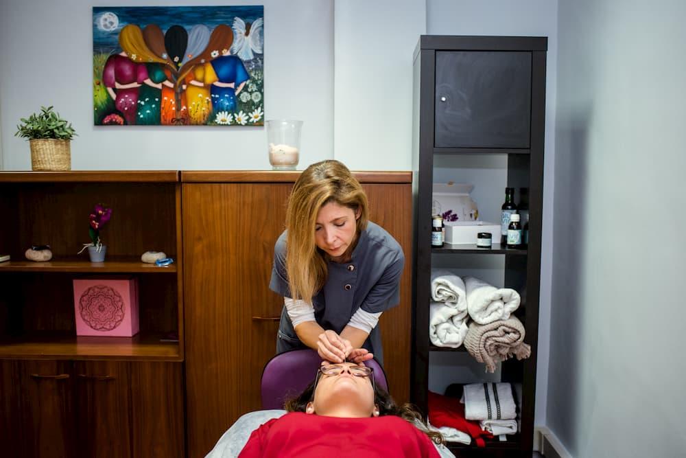 Imagen de Abigail en su clínica Abiswall atendiendo a una cliente