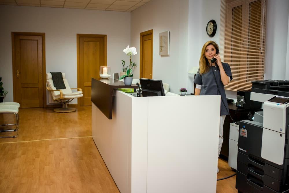 Abigail de Abiswall atendiendo una llamada en su clínica