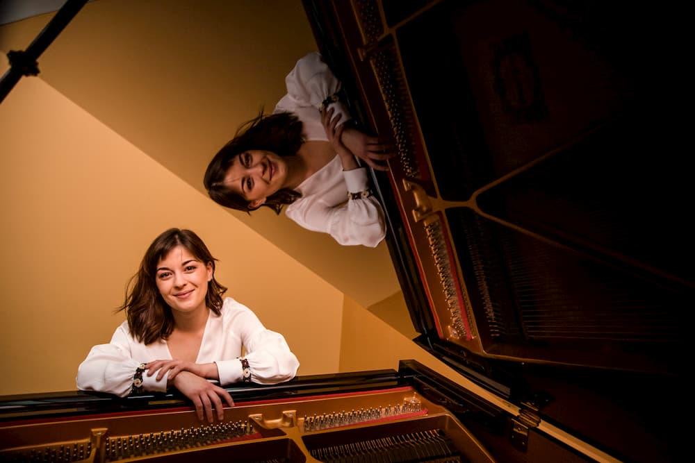 Imagen de Aurelia posando en su piano, reflejada en el mismo