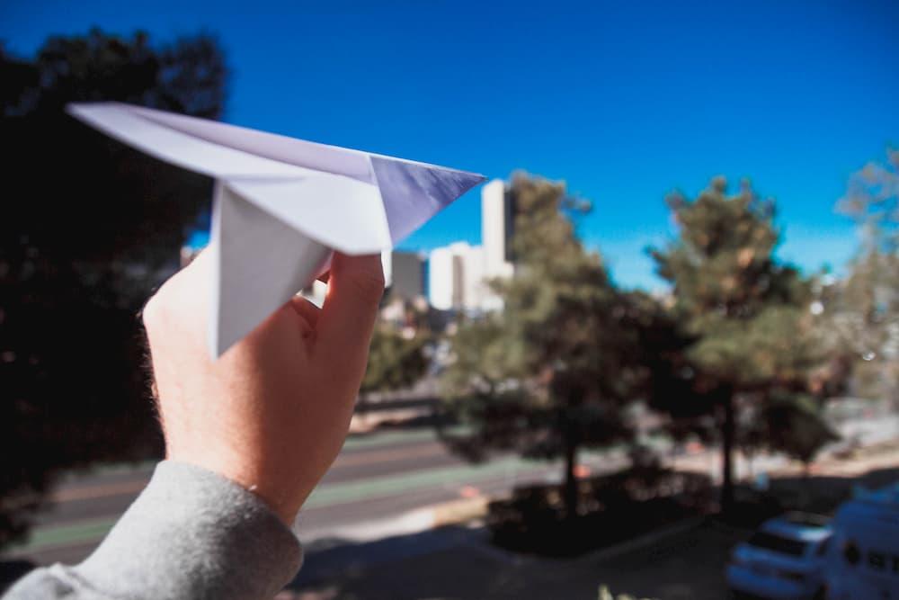 Imagen de un avión de papel a punto de volar
