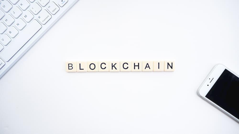 Imagen de la palabra blockchain escrita usando letras del juego Scrabble.