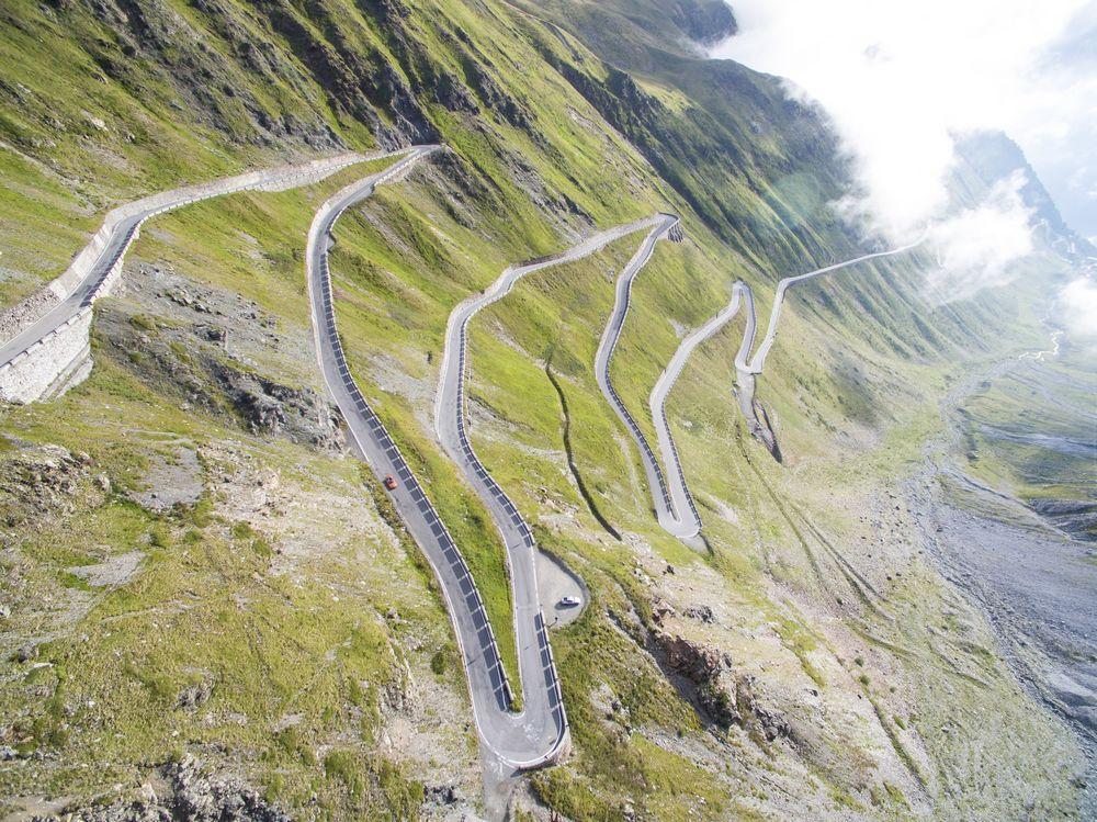 Imagen de una carretera de montaña sinuosa, todo lo contrario a lo que debería ser la longitud de una meta descripción