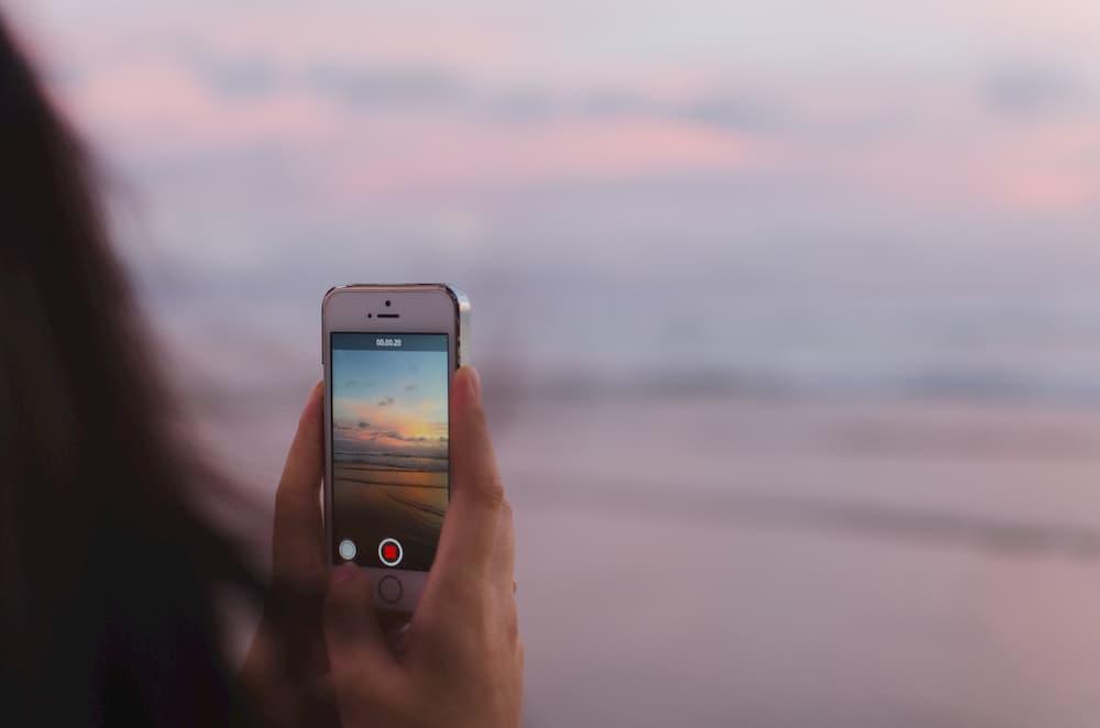 Grabar vídeo en directo con un móvil e suna buena de forma de aumentar seguidores en Instagram
