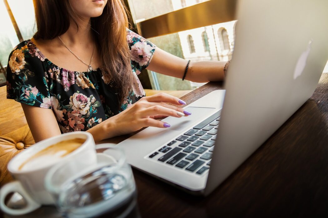 Imagen de una chica usando el IMac para trabajar, o investigar por ejemplo qué es el clickbaiting y cómo evitarlo