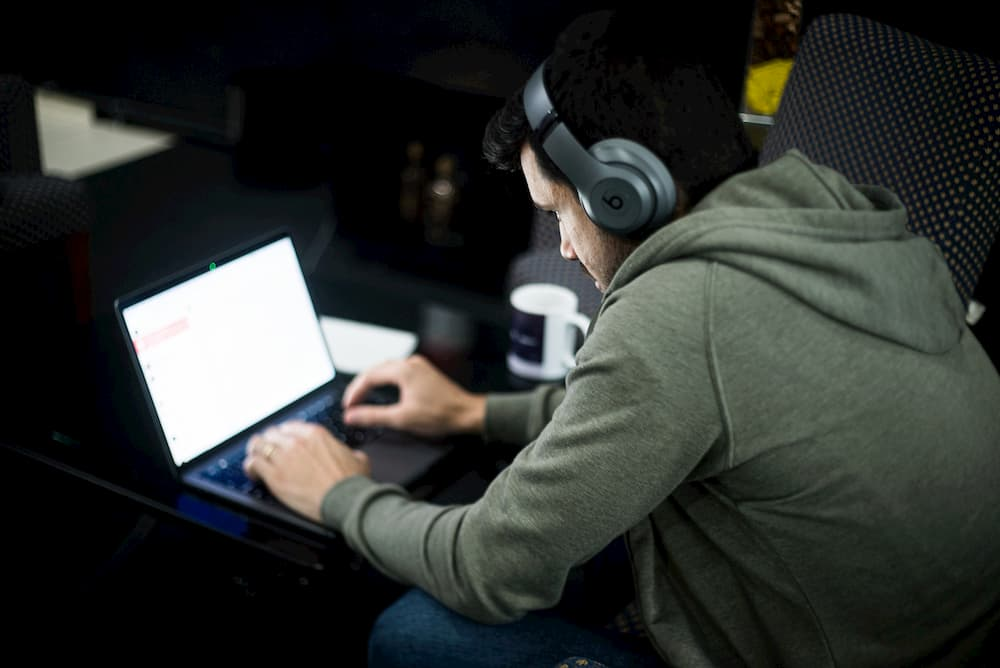Imagen de un hombre usando un portátil,. herramienta clave para trabajar a distancia con eficacia.