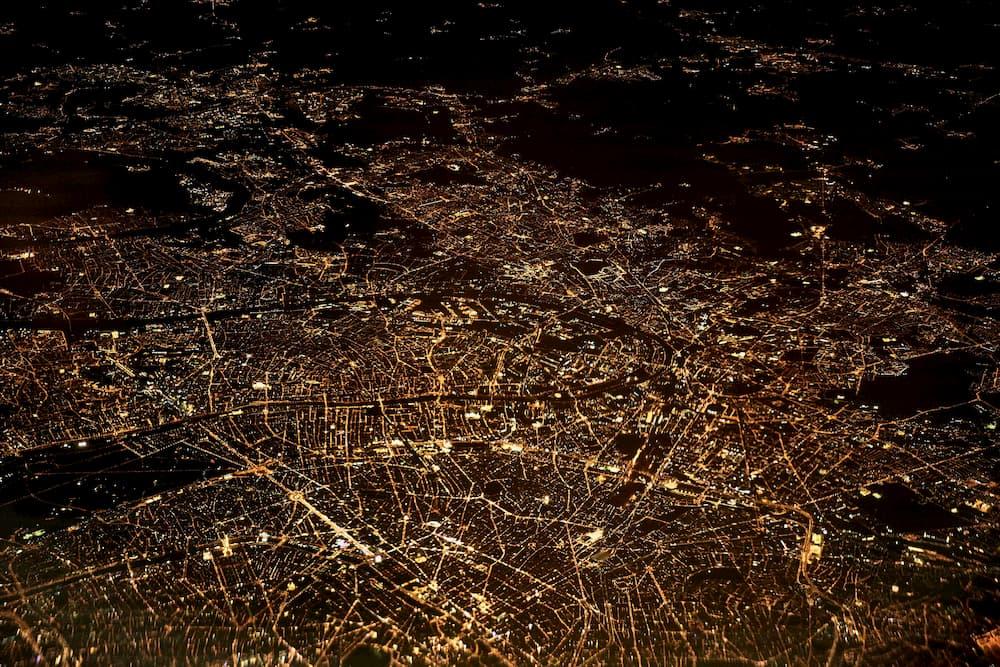 Imagen de una ciudad iluminada de noche
