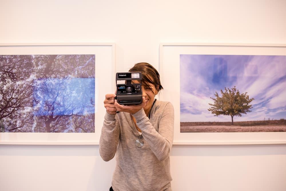 Imagen de Cristina Rodríguez, de Serendipia, posando haciendo una fotografía