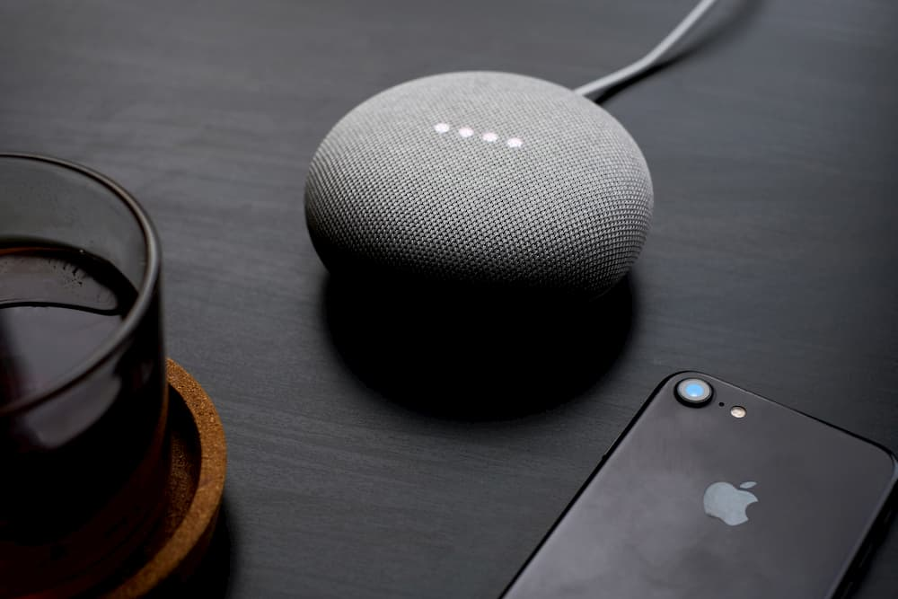 Imagen de un dispositivo Google Home, como una de las tendencias de marketing para 2020