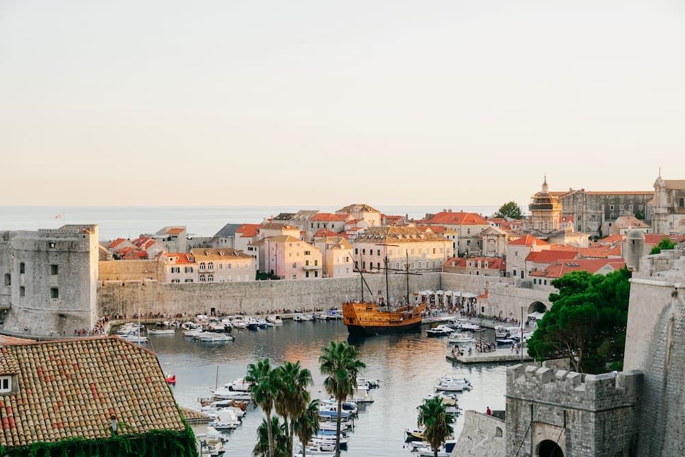 Imagen del paisaje de Dubrovnik desde la distancia