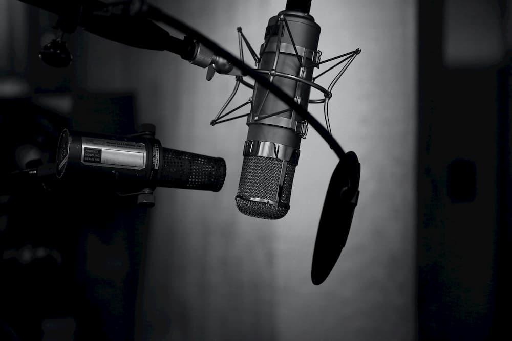 Imagen de un equipo completo de grabación de voz con micrófono, amplificador y otros objetos necesarios