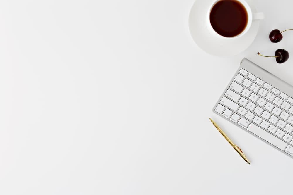 Imagen de un escritorio minimalista, como representación de las tendencias de diseño web en 2020