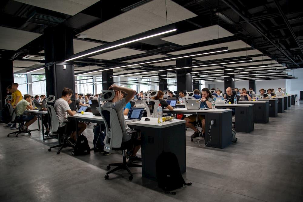 Imagen de una oficina dodne mucha gente está trabajando al mismo tiempo