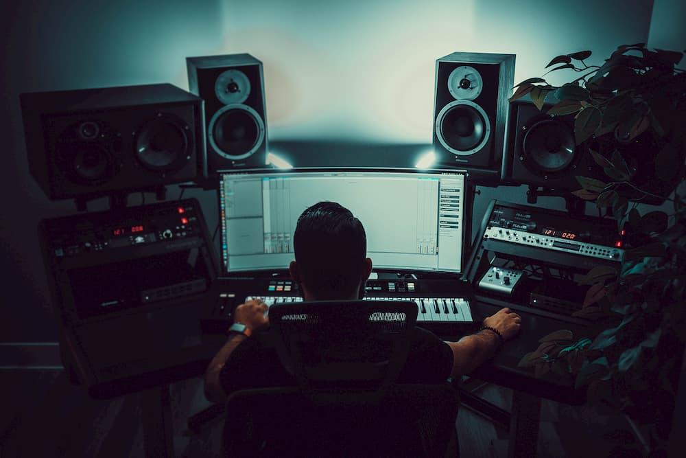 Imagen de un hombre editando un audio en su estudio de grabación