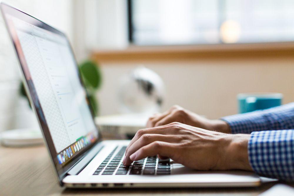 Imagen de un hombre trabajando y haciendo gestiones con su portátil