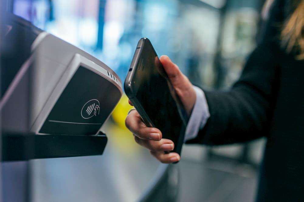 Imagen de un hombre efectuando un pago mediante la tecnología NFC.
