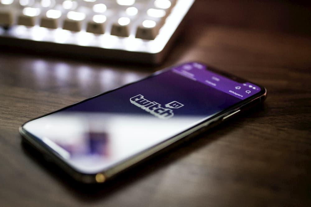 Imagen de la pantalla de carga de Twitch en un iPhone X