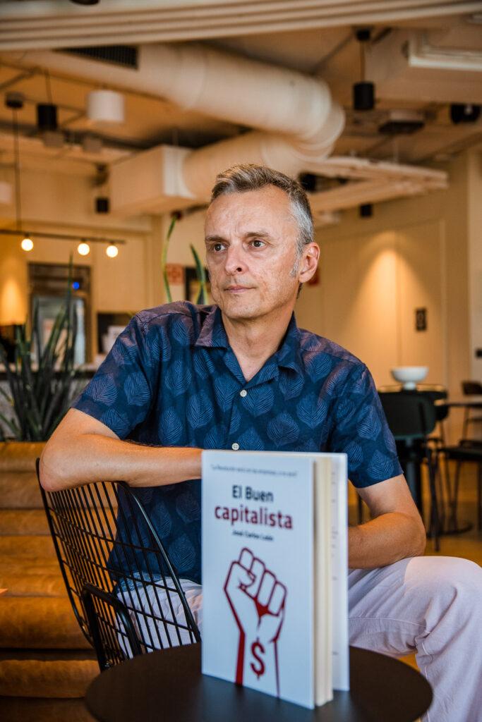 Imagen de José Carlos León posando con su libro apoyado encima de una mesa