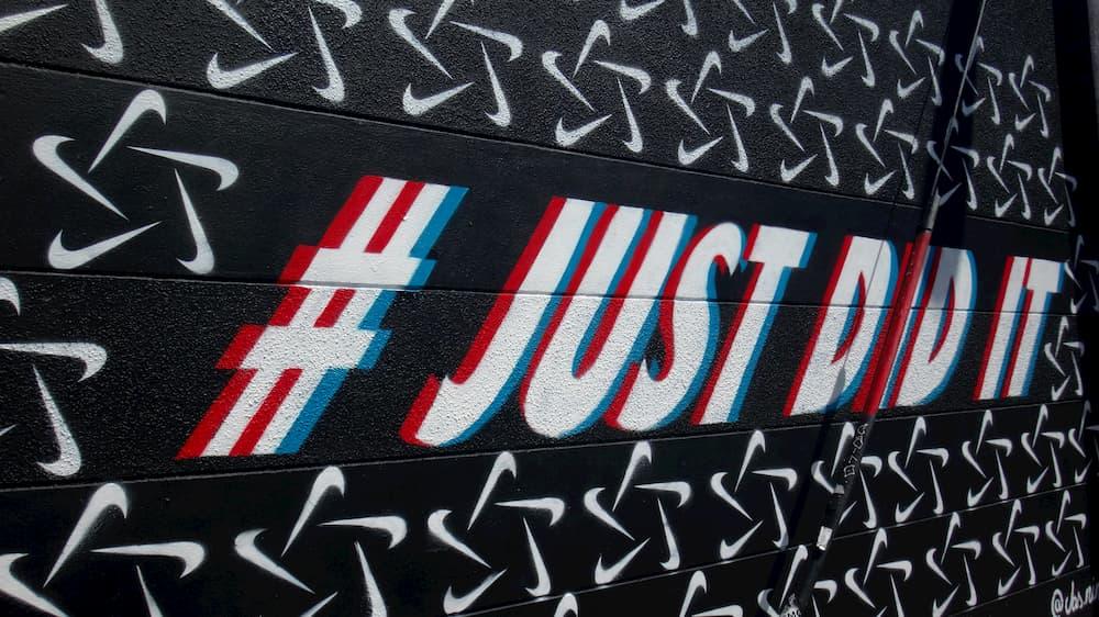 """Imagen del eslogan """"Just Do It"""" de Nike, con el hashtag marcado al principio."""