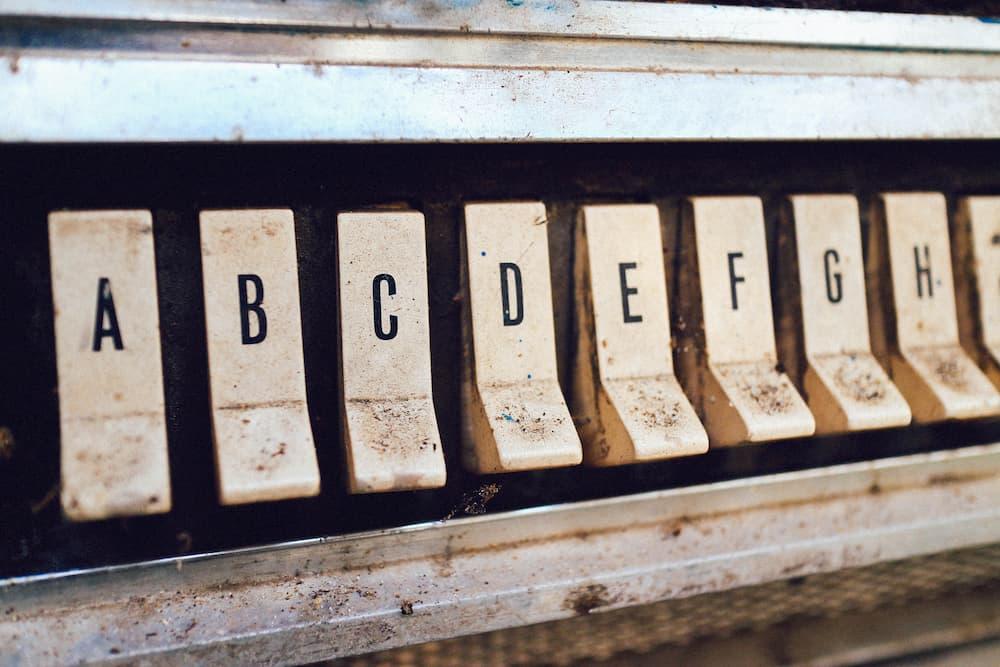 Imagen de llas letras del abecedario ordenadas en un teclado.