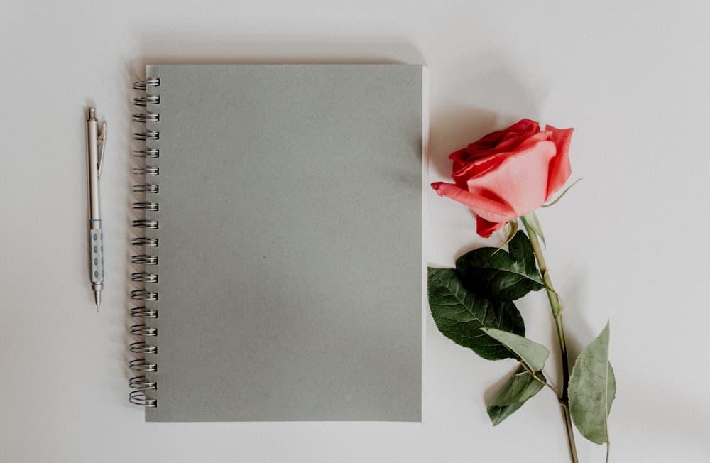 Imagen de una libreta, donde apuntar los consejos para diseñadores que te permitan liberar estrés de tu cuerpo.