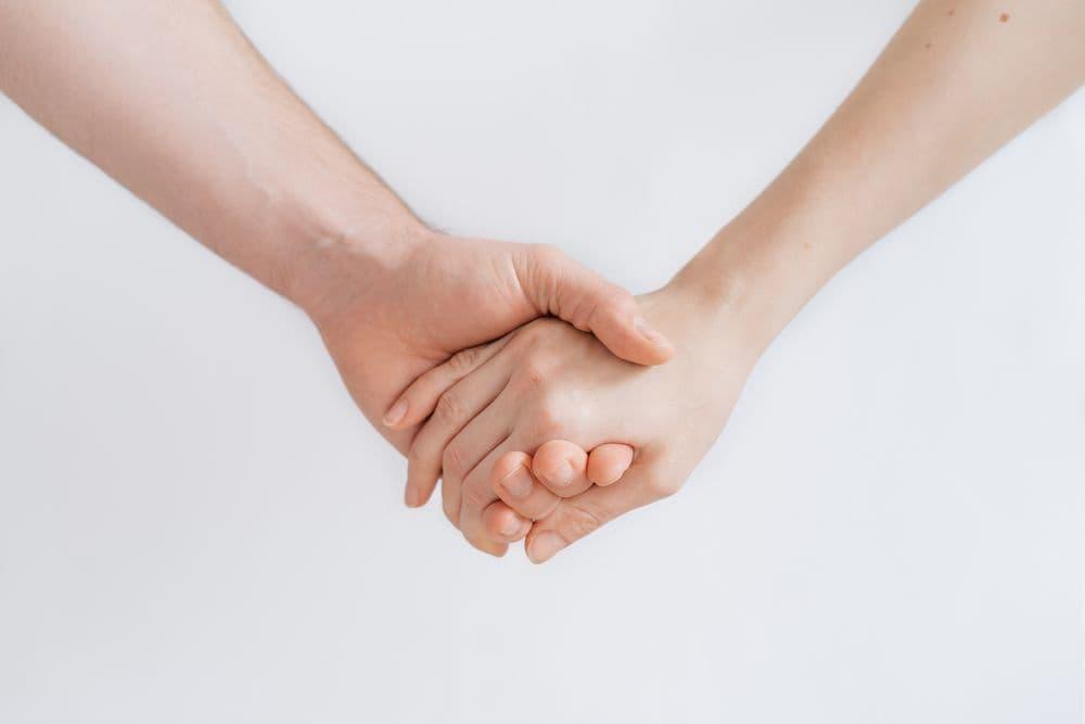 Imagen de las manos de un hombre y una mujer agarradas
