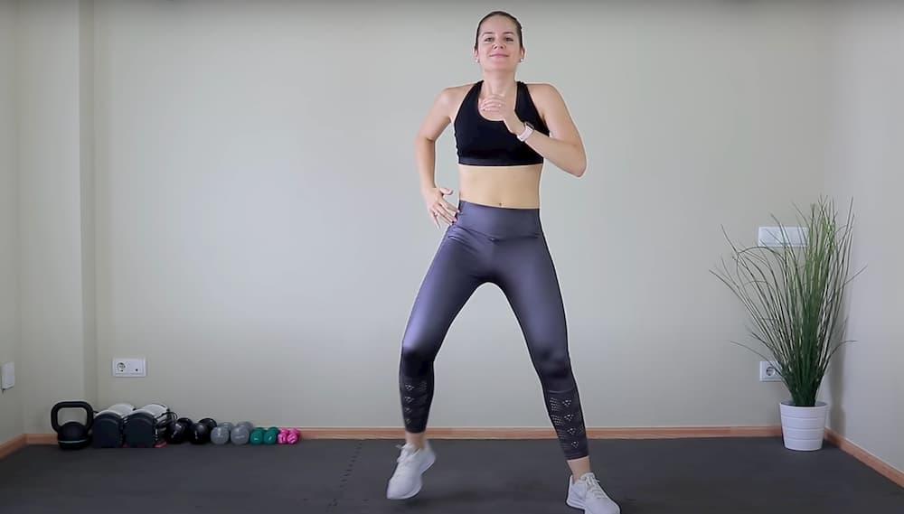 Imagen de María Martínez mostrando un ejercicio en su canal de YouTube Siéntete Joven