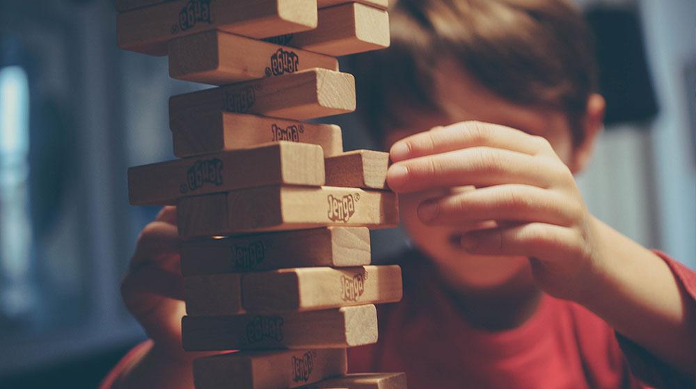 Niño jugando con tacos de madera