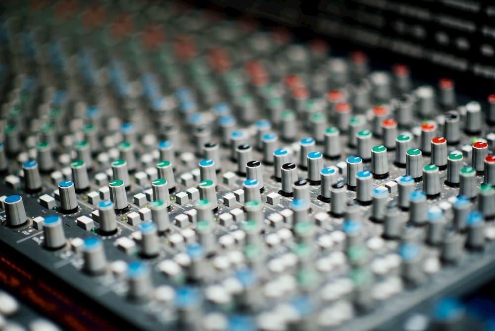 Imagen de una mesa de mezclas, clave en qué es un podcast profesional y cómo poder crearlo con el sonido perfecto
