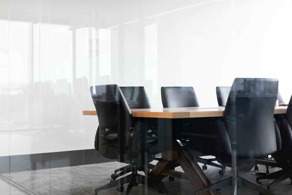 Imagen de una mesa de conferencias, uno de los lugares que se ve afectado por la vuelta a la oficina de los trabajadores al tener que adaptarse a las nuevas medidas sanitarias.