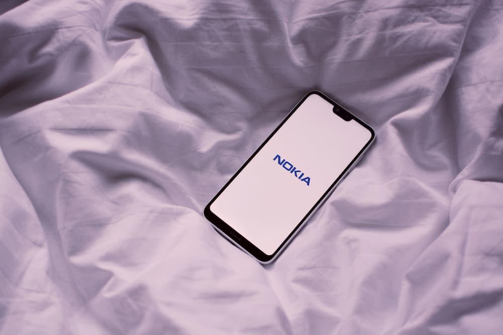 Imagen de un móvil Nokia encendiéndose. La marca finlandesafue pionera a la hora de que mucha gente descubriese qué es una app en los años 90.