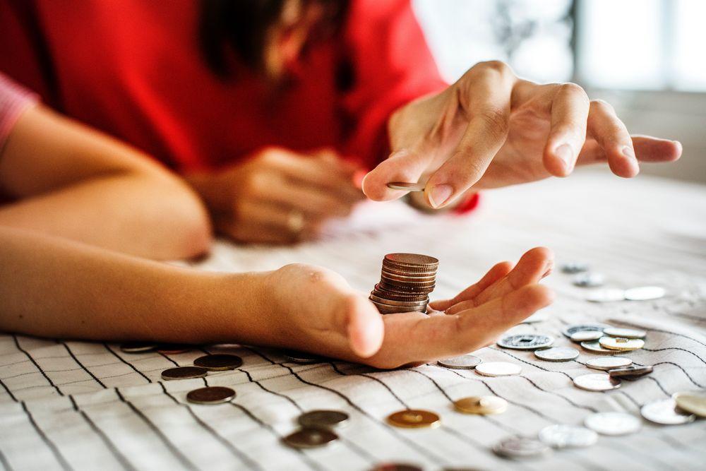 Imagen de una mujer sujetando varias monedas de céntimo de Euro