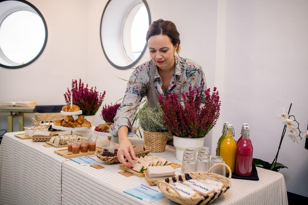 Imagen de Patricia Banquerí de Palmira Nutrición, preparando comida de catering para un evento