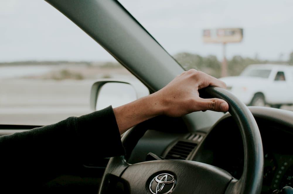 Imagen de una persona conduciendo un Toyota.