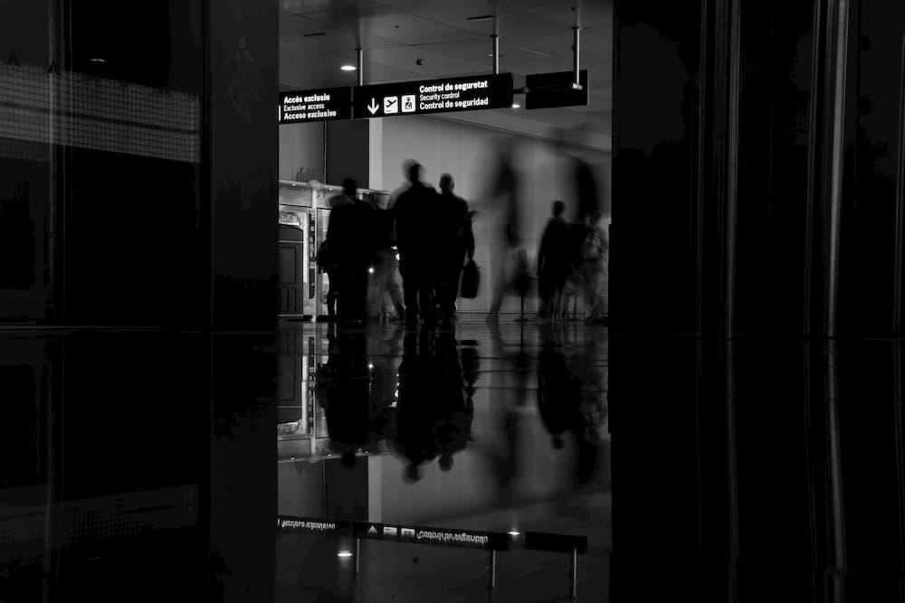 Imagen de varias personas esperando a su vuelo en un aeropuerto.