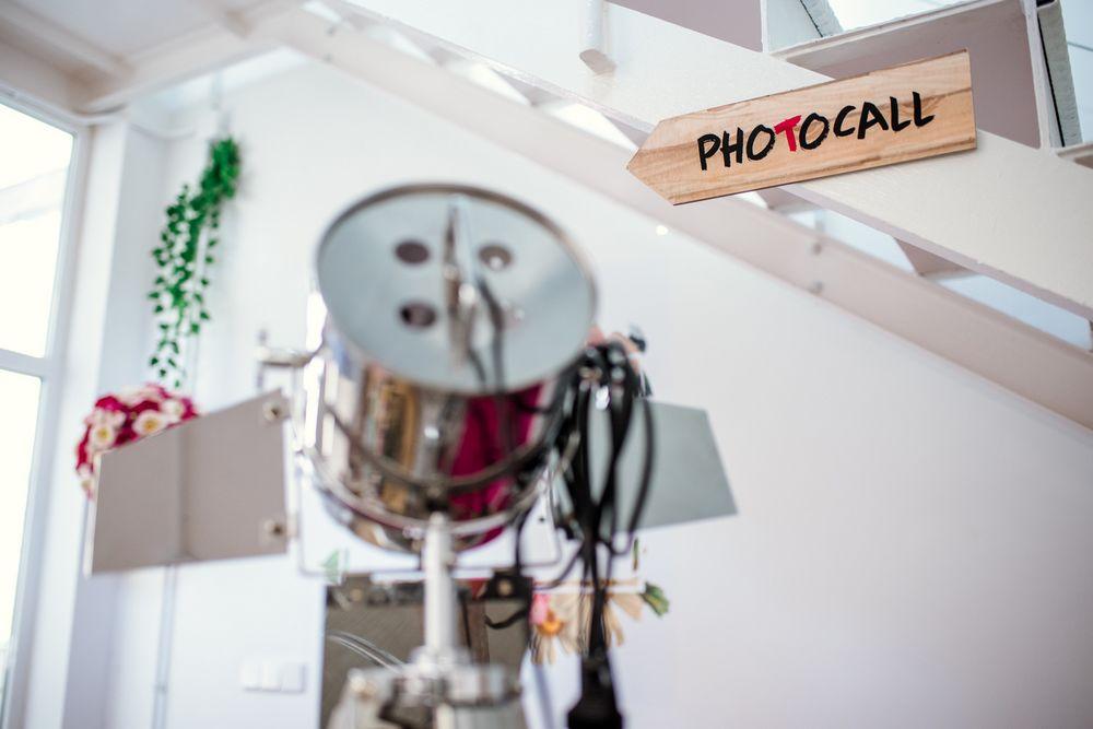 Imagen de una señal de photocall en la oficina de Think Event