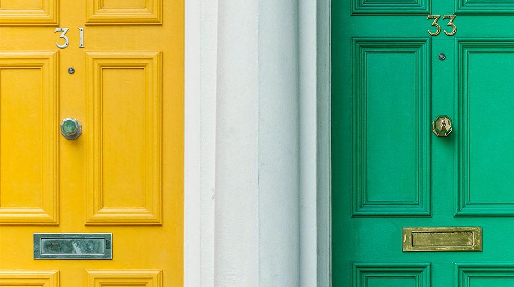 Puerta amarilla y puerta verde