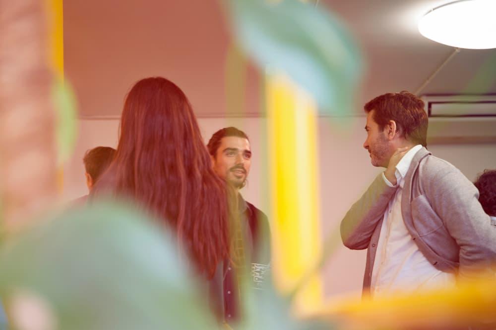 Imagen de varias personas charlando en una reunión