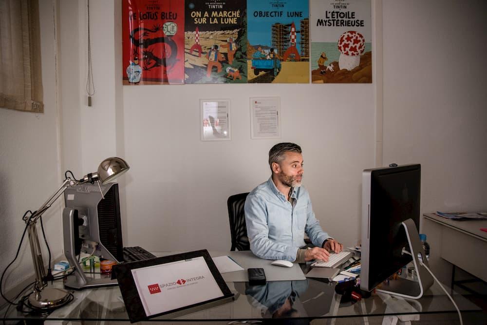 Imagen de Román Paredes usando el ordenador en su despacho