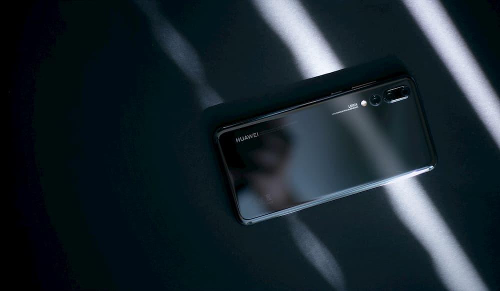 Imagen d eun smartphone Huawei negro encima de una mesa.