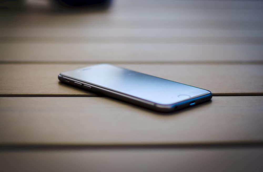 Imagen de un teléfono, una herramienta buena para activar la verificación en dos pasos de todas las cuentas.