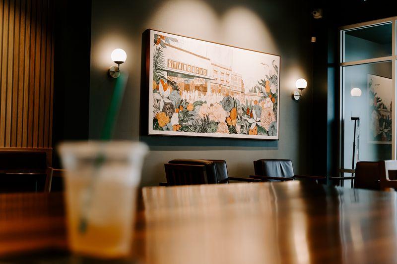 Imagen de un cuadro con la palabra Starbucks, un ejemplo claro de qué es benchmarking y cómo ejecutarlo