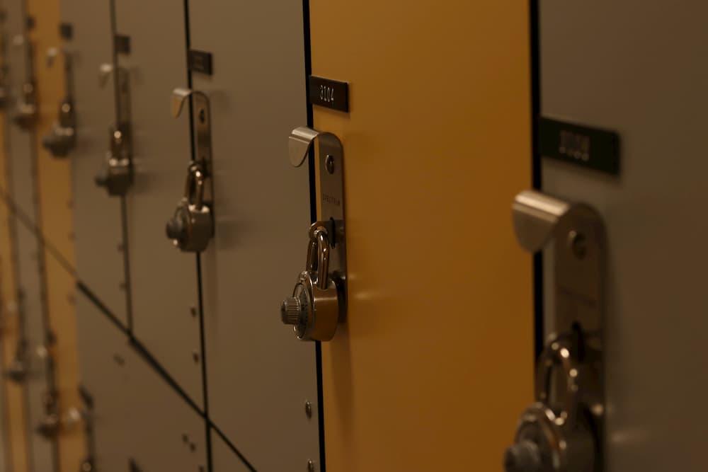 Imagen de las taquillas cerradas en un vestuario.