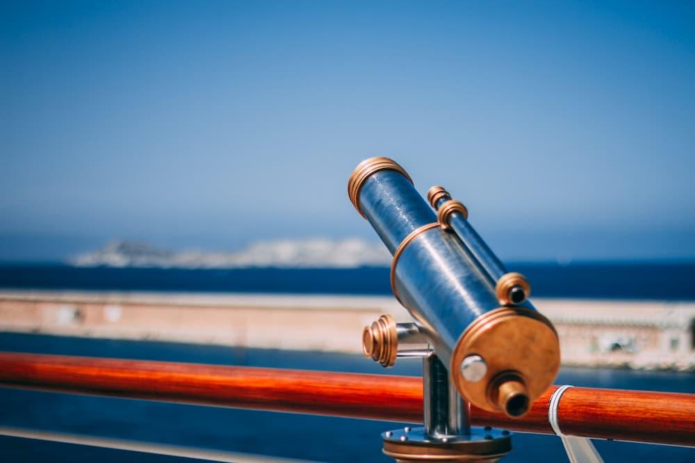 Imagen de un telescopio cerca del mar, representando qué ven los emprendedores exitosos en el futuro
