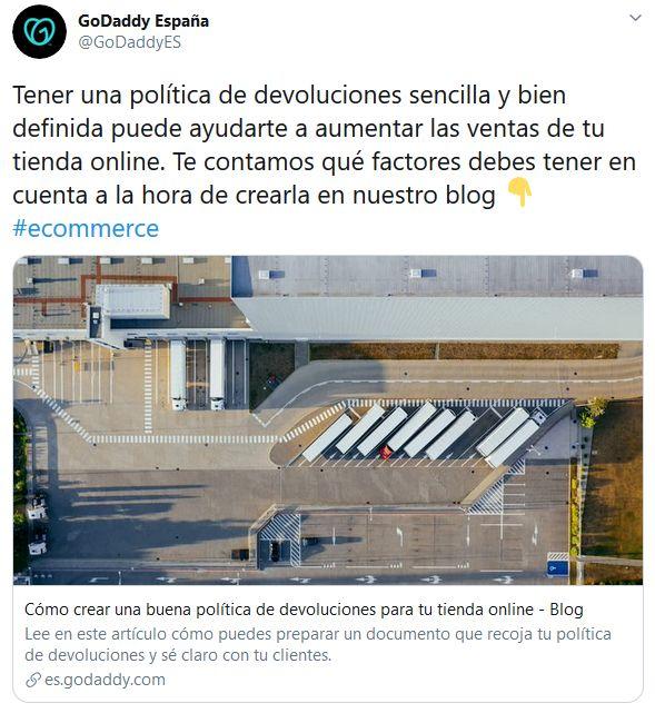 Imagen de un tuit de GoDaddy España donde se incluye un hashtag en el texto de la publicación.