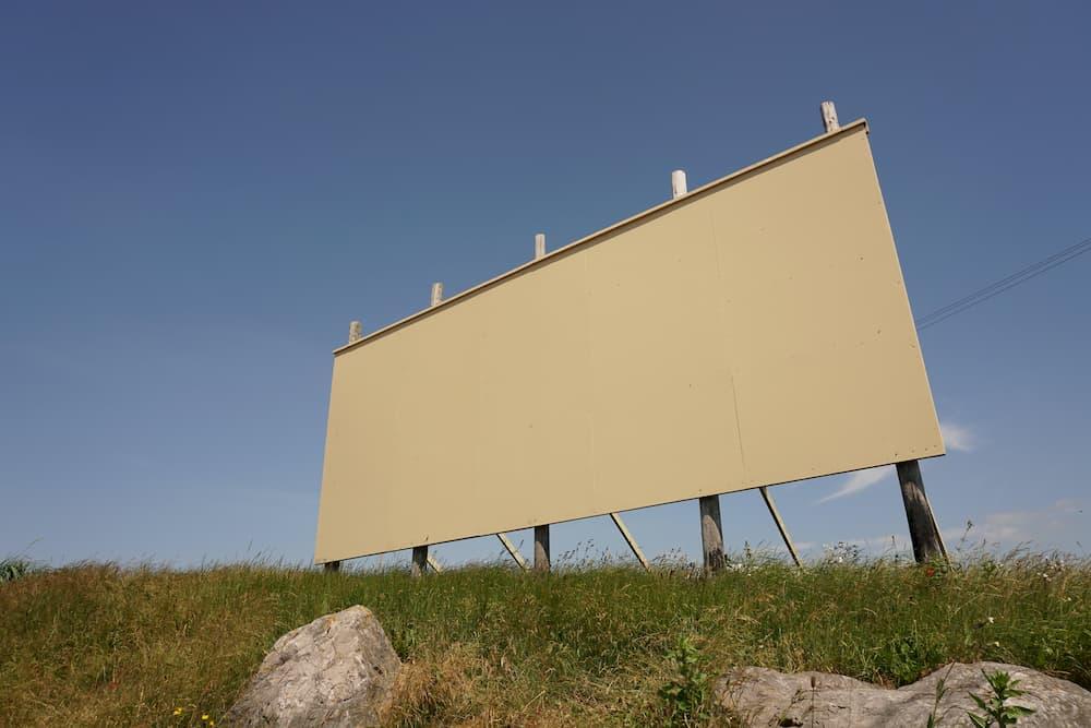Imagen de una valla publicitaria sin anuncios, un ejemplo de los tipos de marketing aplicables por las empresas.