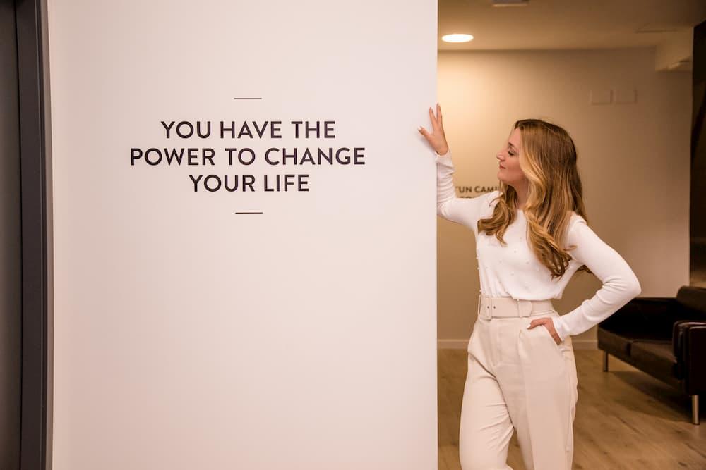 Imagen de Verónica Elena apoyada contra la pared en su despacho de Creando Infinito