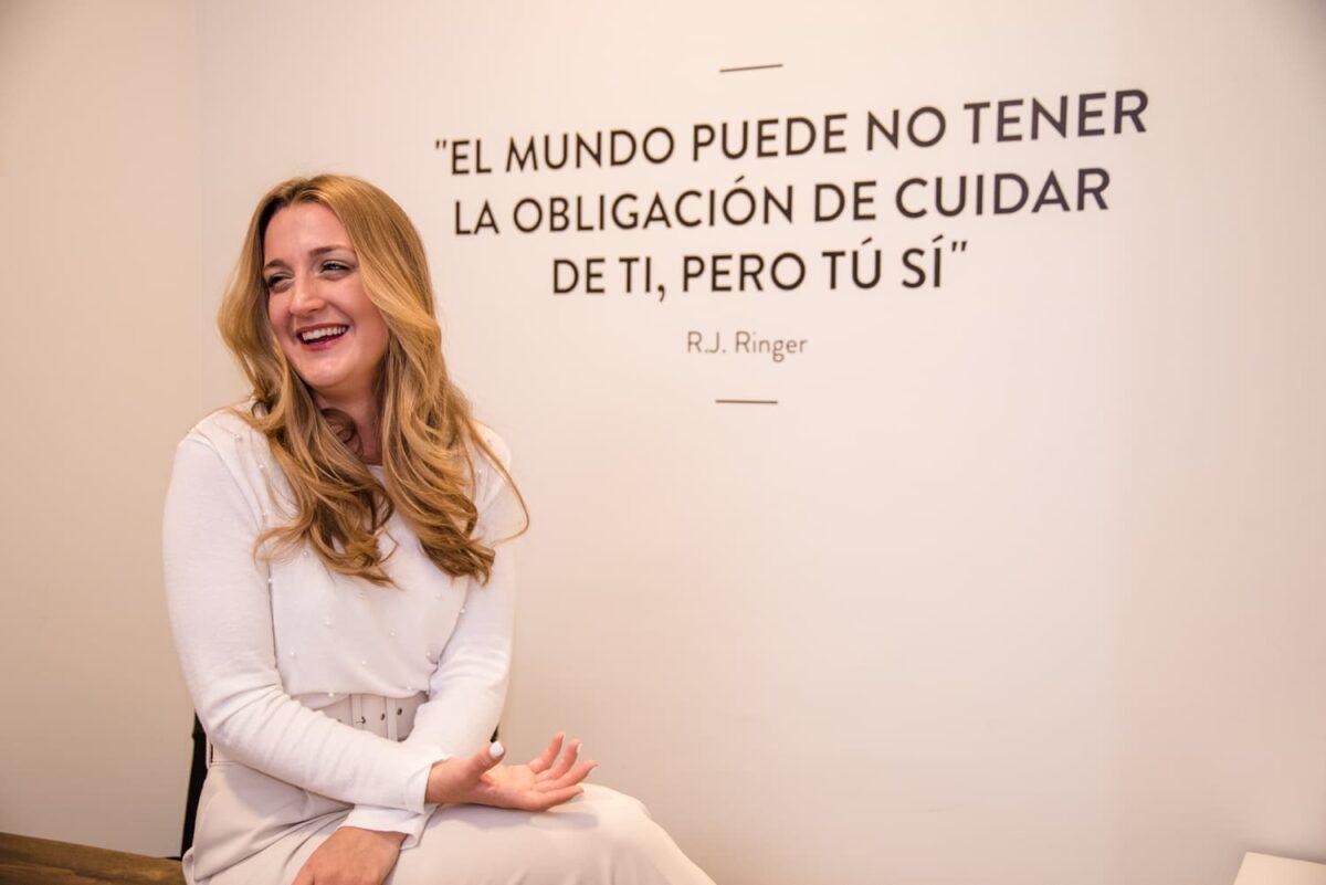 Imagen de Verónica Elena Carmona, de Creando Infinito, posando en su despacho