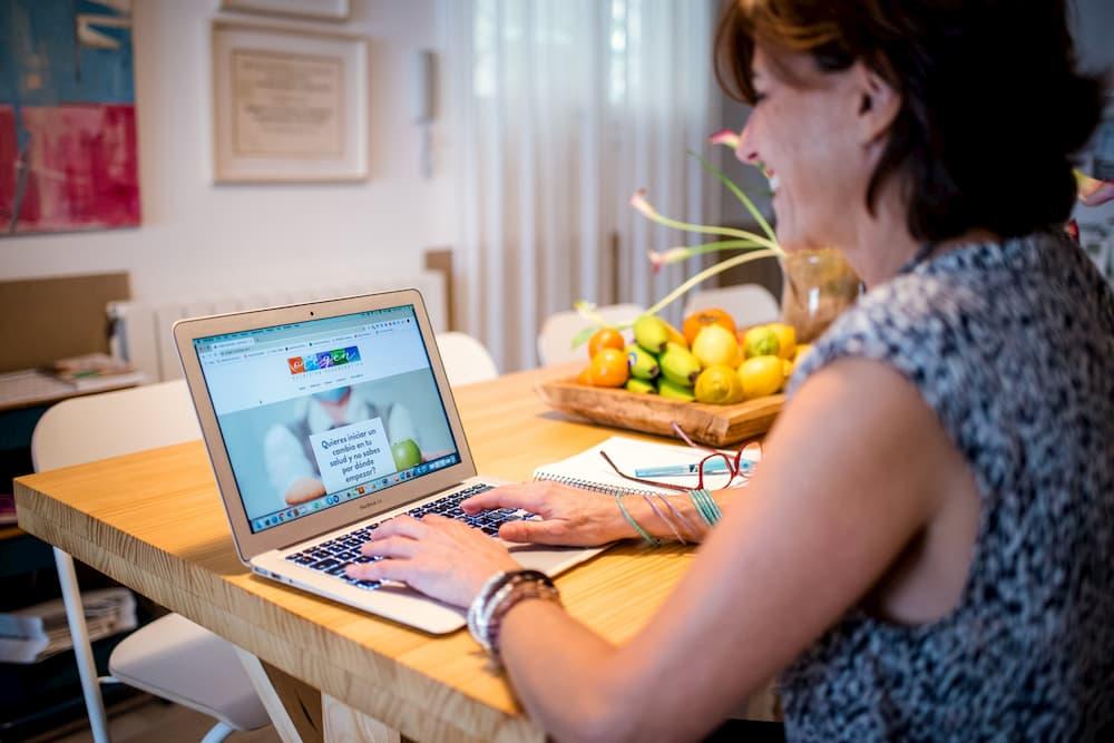 Imagen de Verónica García-Cuadrado, de Origen-Nutrición, trabajando con su ordenador desde casa sabiendo que tenía que reinventar su estrategia para seguir en contacto con sus clientes