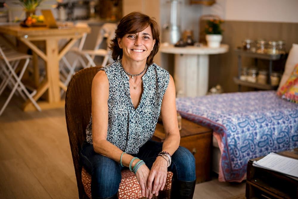 Imagen de Verónica, de Origen-Nutrición, posando en su negocio