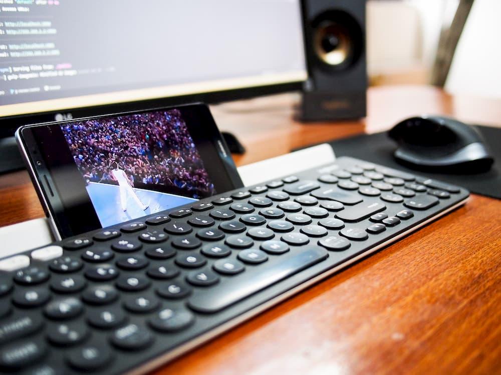 Imagen de un video de Queen reproducido en un móvil, ejemplificando qué es el marketing viral